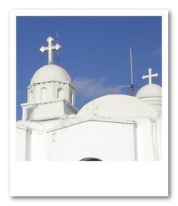 頂上に建つ真っ白な教会