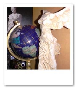 お土産はラピスラズリの地球儀とニケの石像
