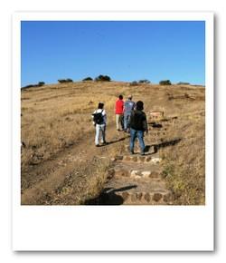 国立公園内は安全のため原則車移動ですが、アンボセリのオブザベーションヒルは歩いて登れます